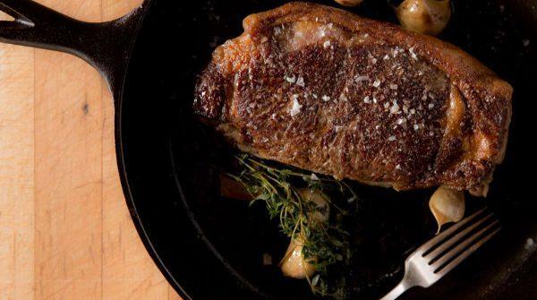 Как правильно пожарить стейк из говядины на сковороде в домашних условиях