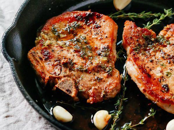 Как правильно приготовить жареный стейк из свинины на сковороде