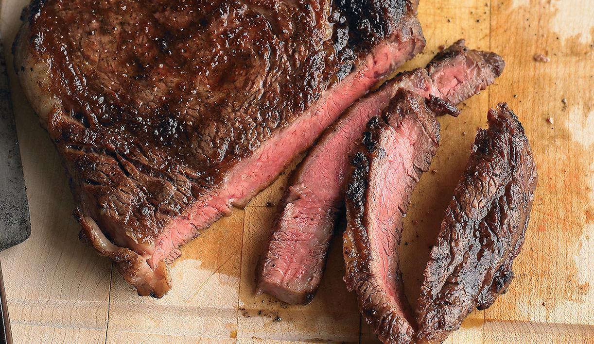 Классический говяжий стейк на сковороде