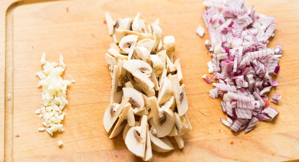 Нарезаем овощи для бефстроганов