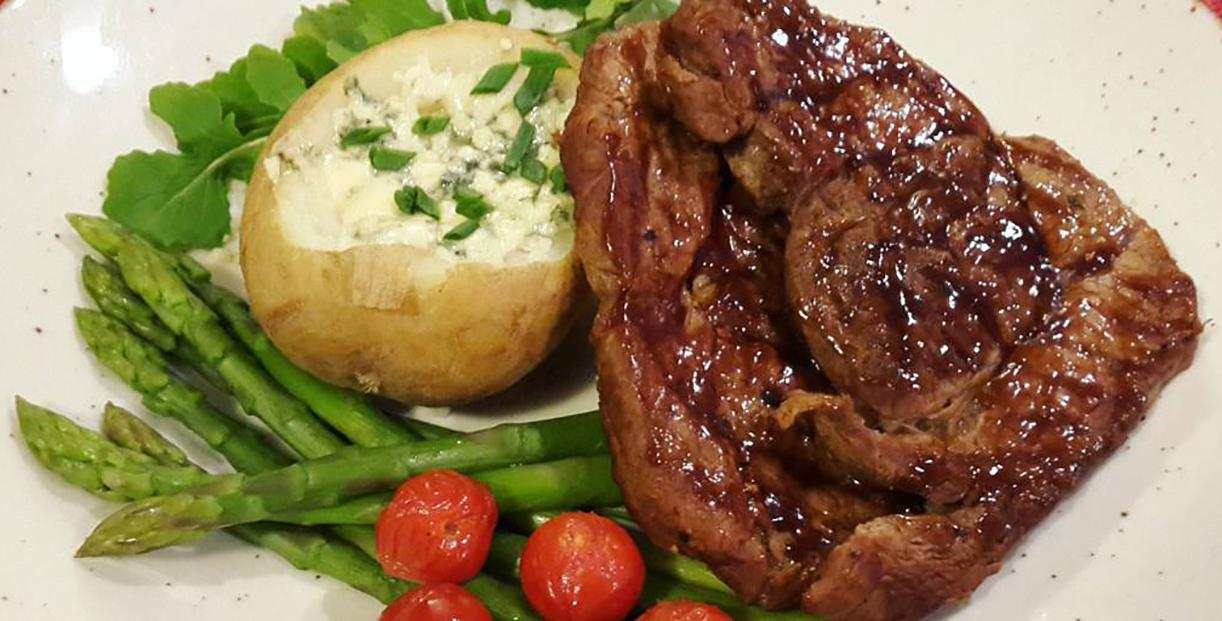 Стейк из говядины с голубым сыром и картофелем