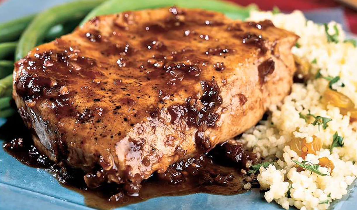 Стейк из свинины на сковороде со имбирно-сливовым соусом