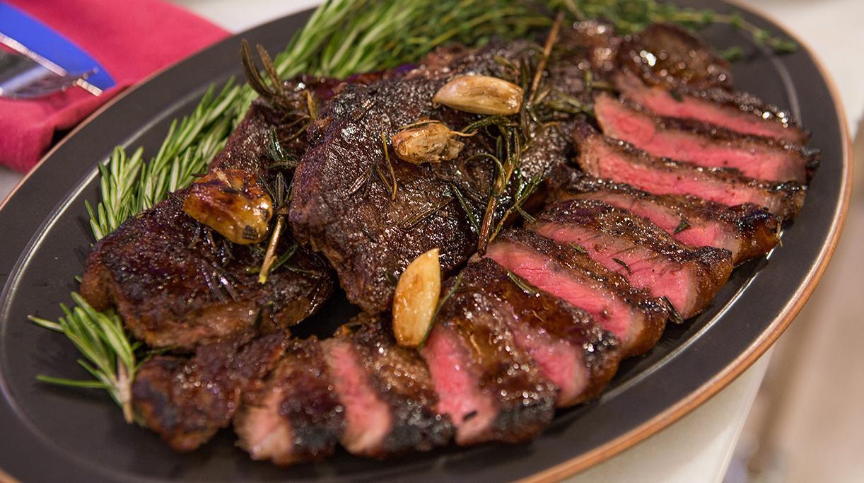 Стейк на сковороде из говядины в красном вине
