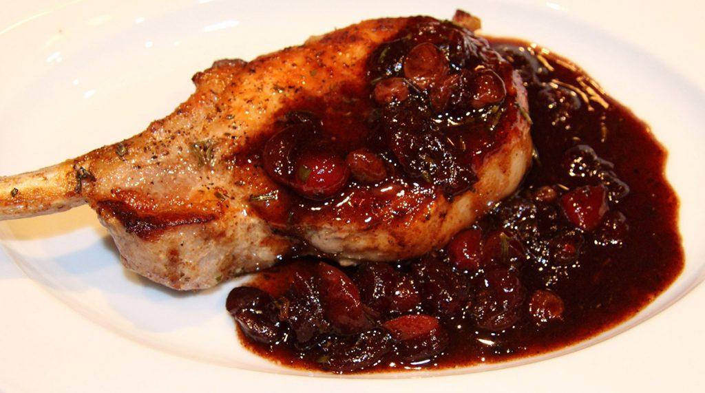 Стейки из свинины на сковороде с коньячным соусом