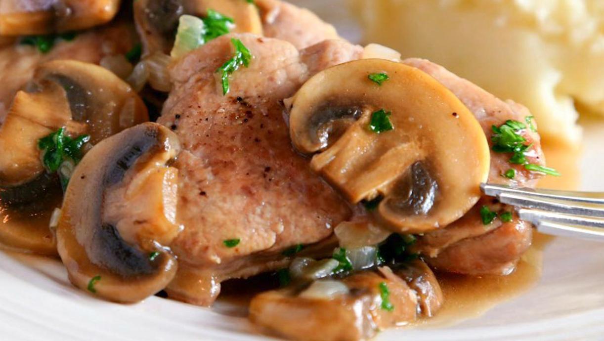 Жареная на сковороде свиная вырезка с грибами и вином