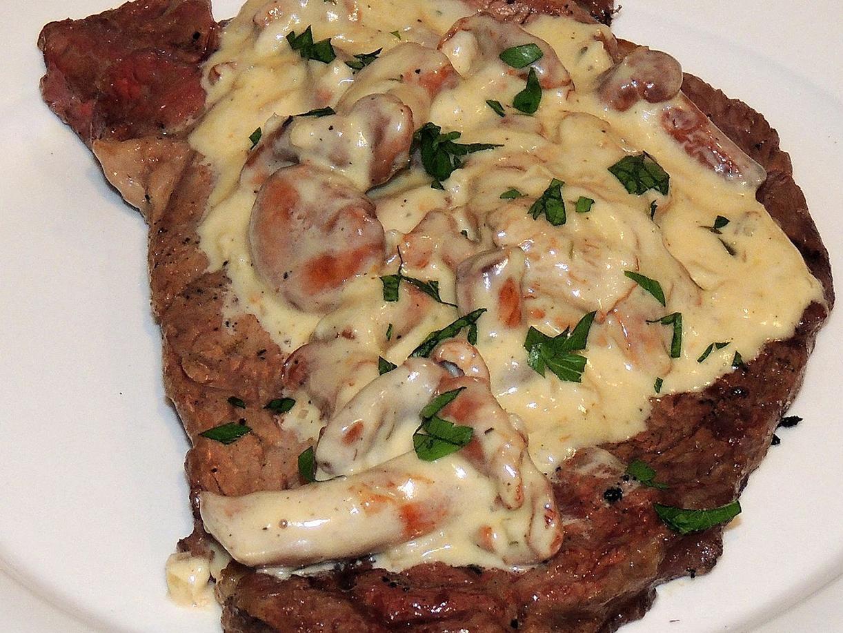 Жареный стейк из мраморной говядины с грибным соусом