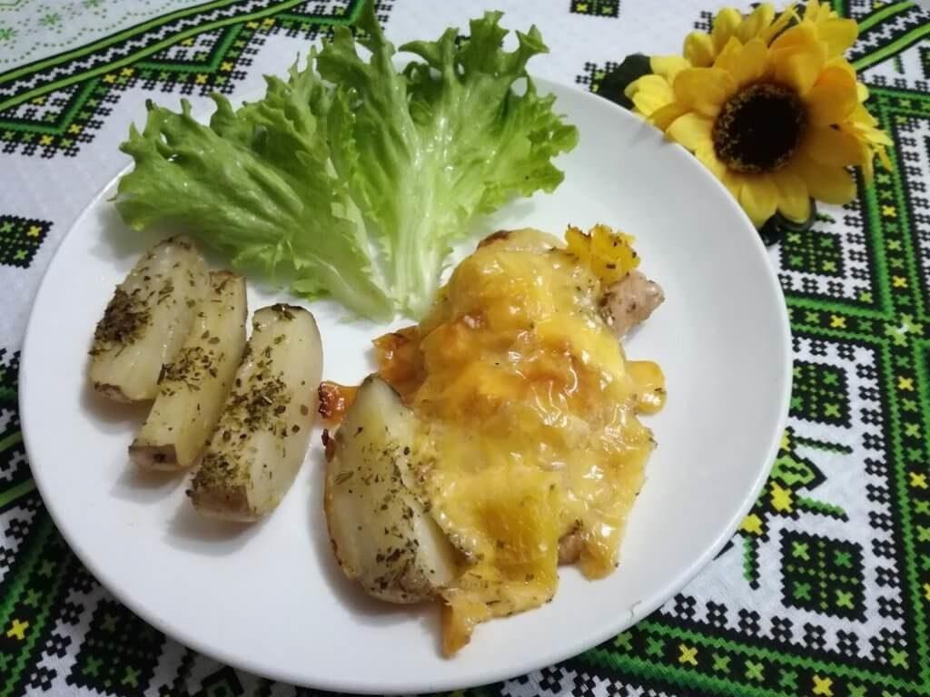 Сочные свиные отбивные с ананасами и сыром на сковороде