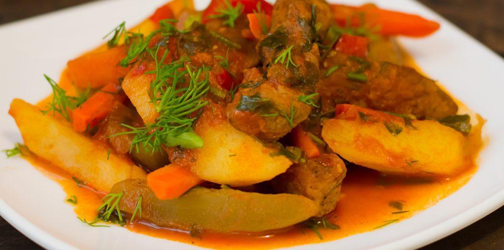 Азу из свинины с солеными огурцами и картофелем