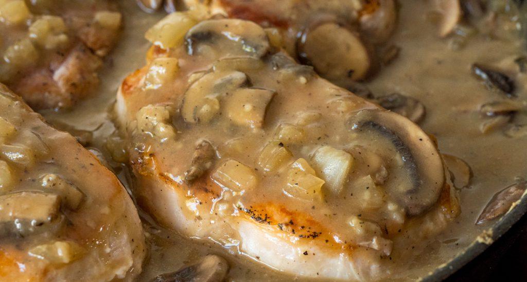Отбивные из свинины с сыром луком и грибами