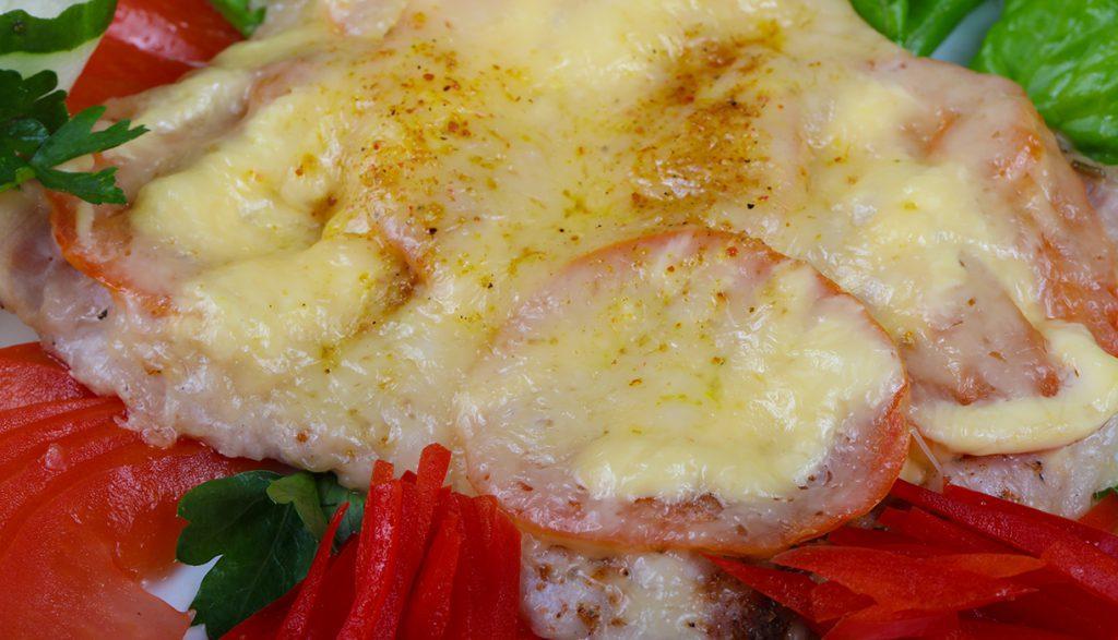 Свиные отбивные под томатно-сырной подушкой с зеленью