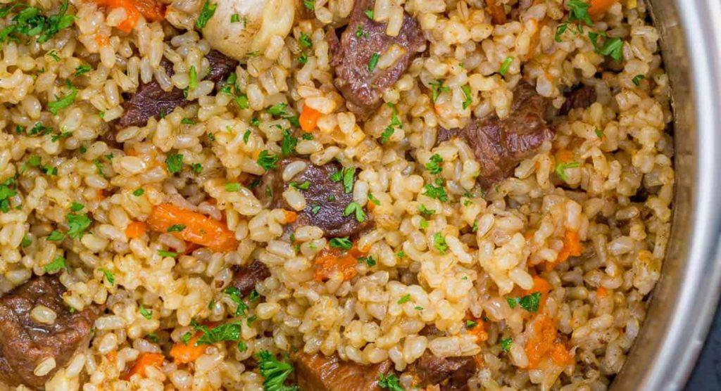 Сытное азу с рисом и огурцами