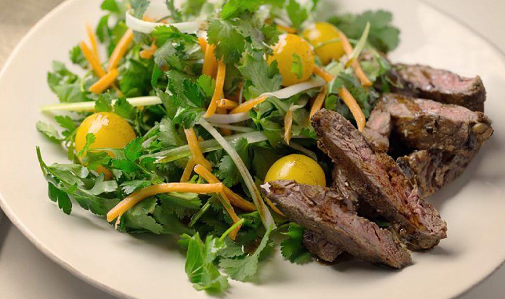 Стейк с салатом из овощей