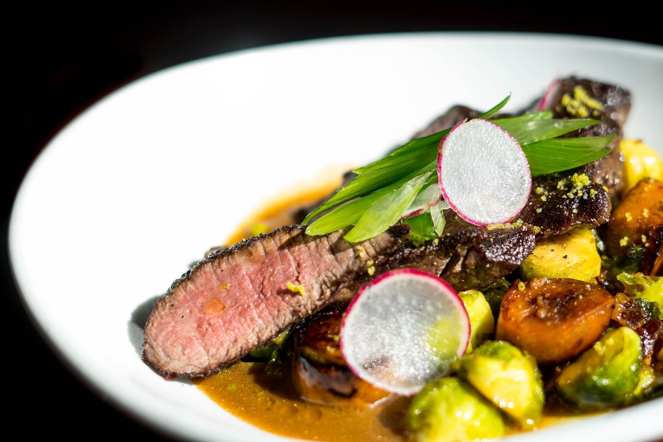 фланк стейк с салатом