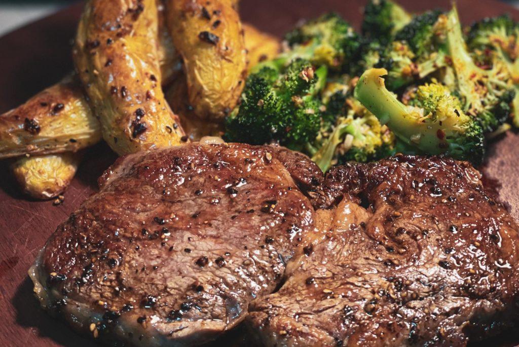 стейк с брокколи и картофелем