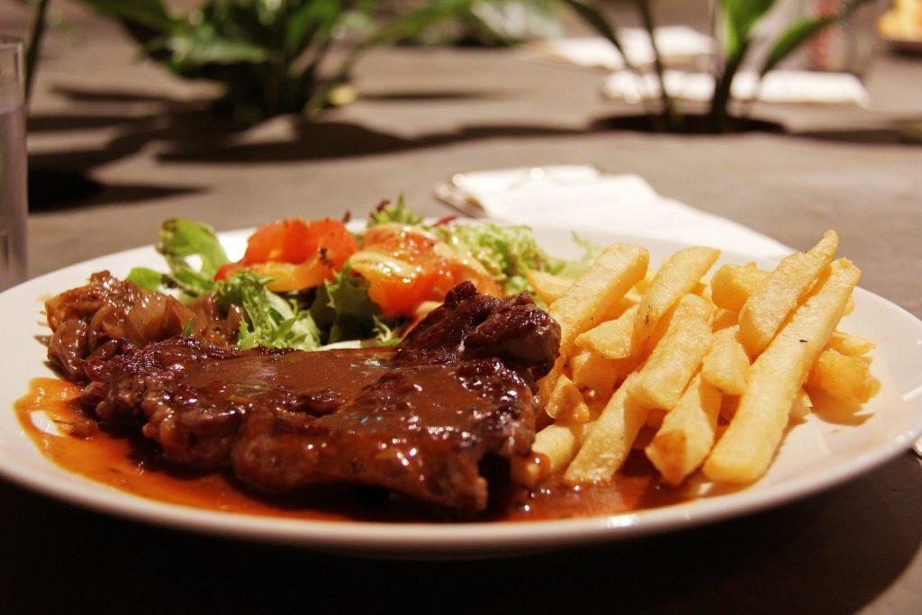 стейк из говядины с томатным соусом и картофелем фри
