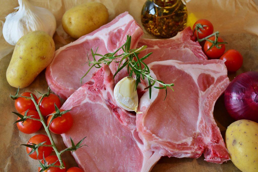 свиная отбивная с ребром сырая