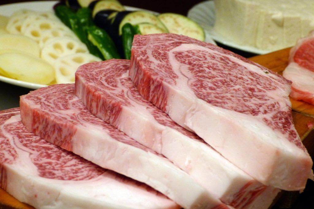 сырые стейки из мраморной говядины