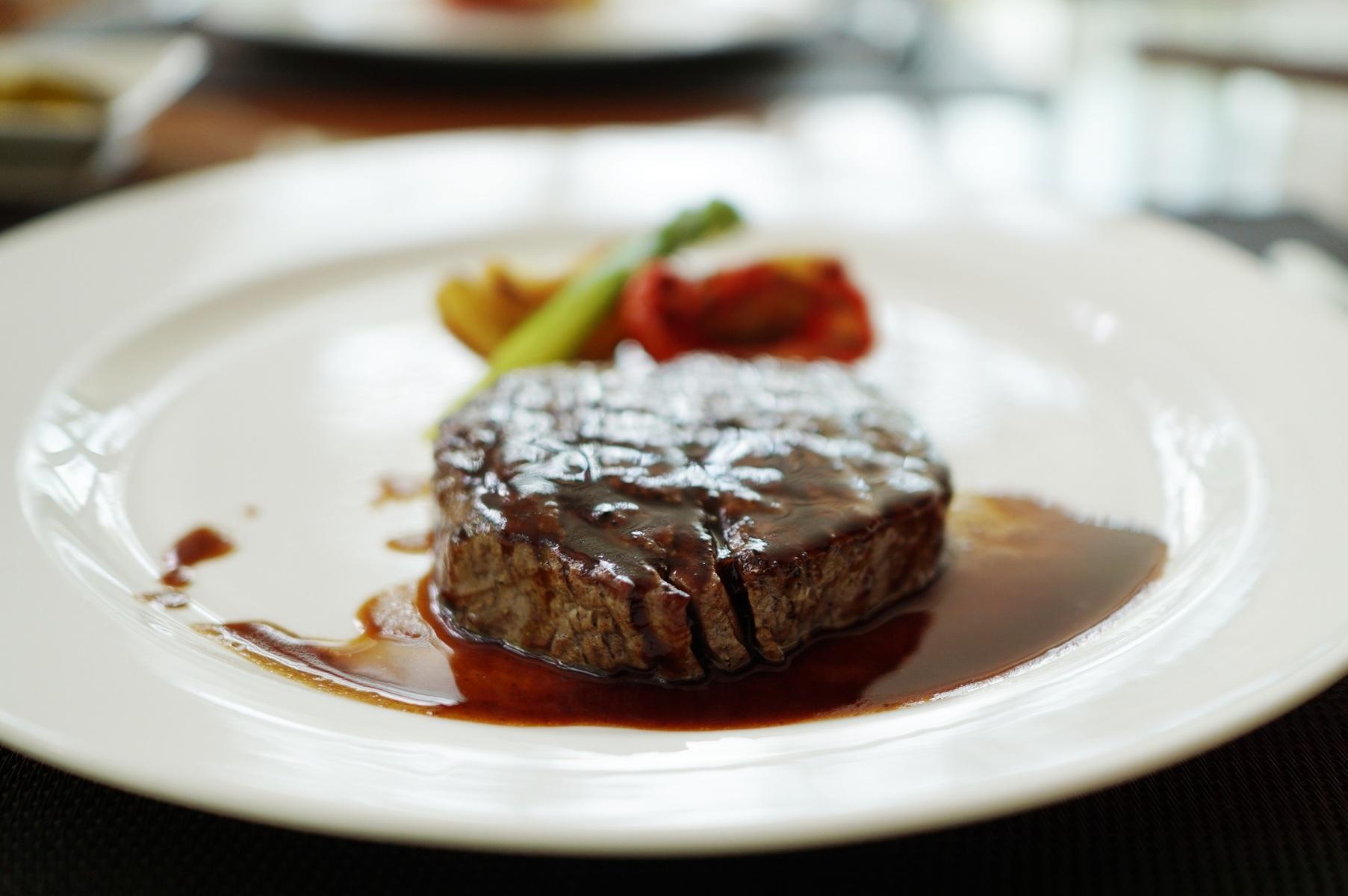 стейк из говядины с соусом