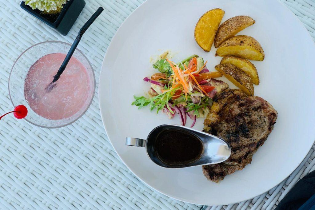 стейк из говядины с картофелем и салатом
