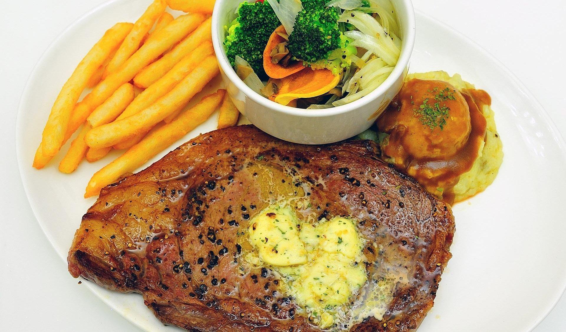 стейк из свиной шеи с картошкой фри и овощами