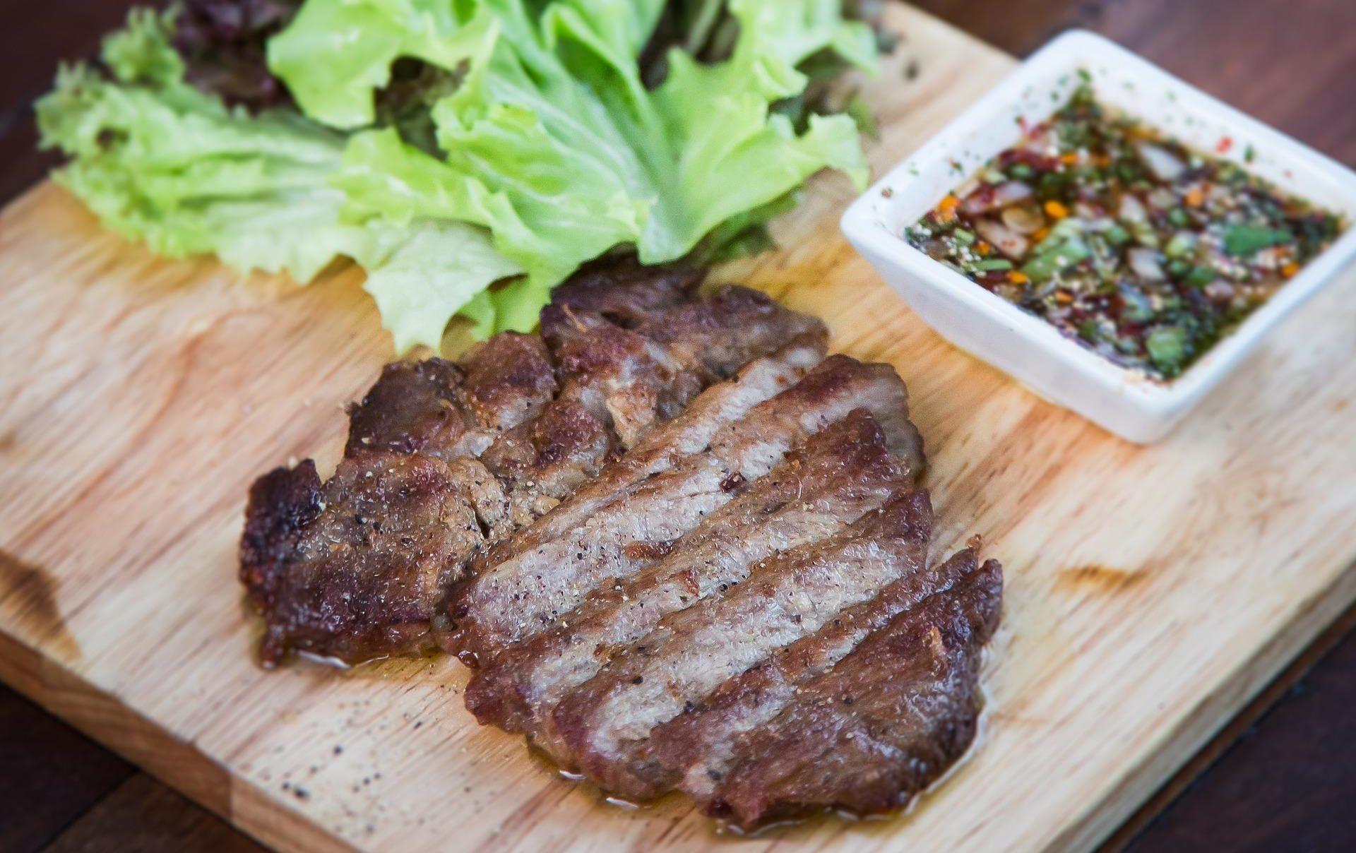стейк из свиной шеи с салатом и соусом