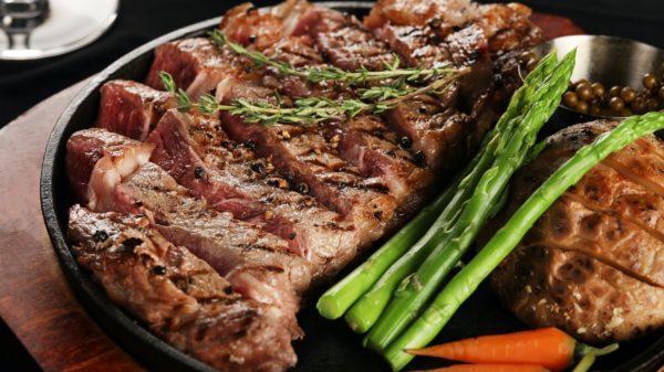 стейк из свиной шеи со спаржей