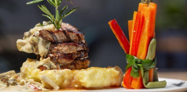 стейк шатобриан с соусом и овощами