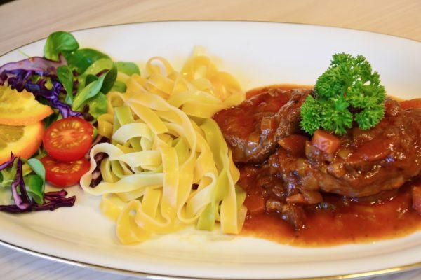 стейк оссобуко с пастой и овощами