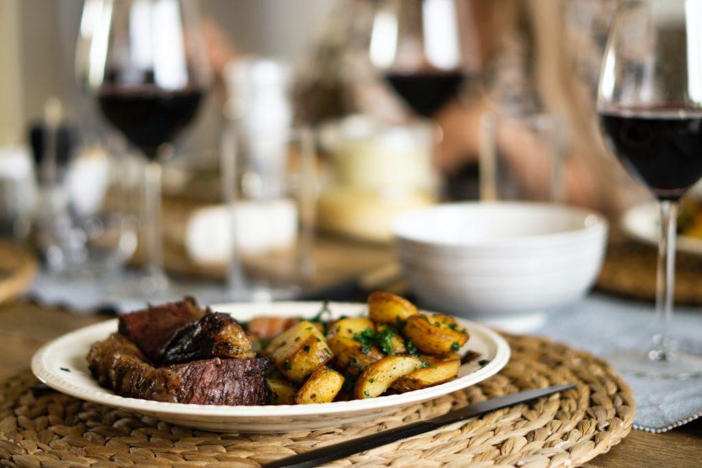 стейк с картофелем и вином