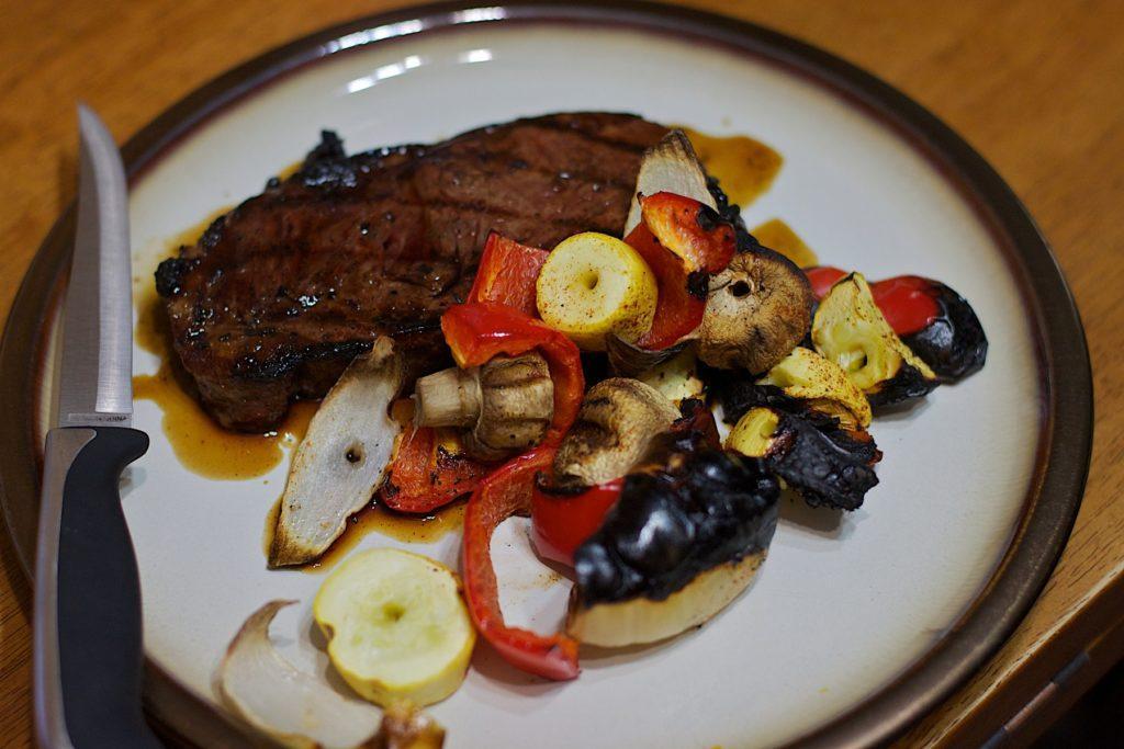 стейк на гриле с овощами гриль