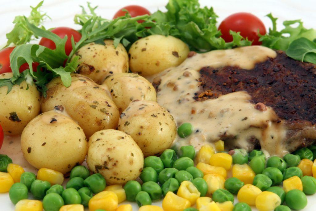 стейк с перечным соусом и овощами