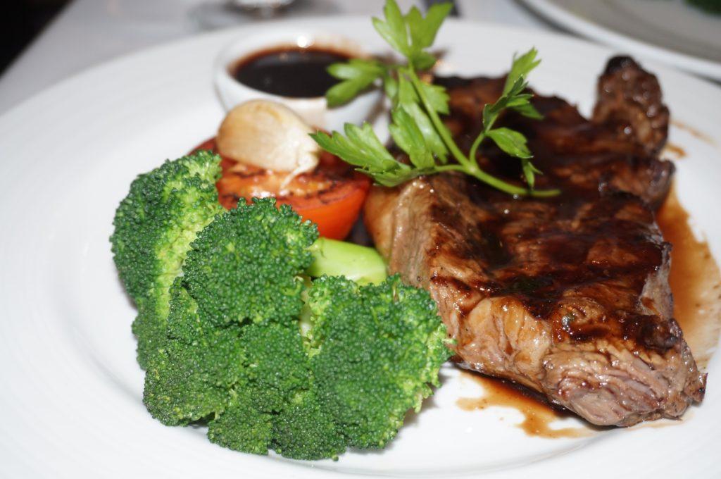 стейк нью-йорк с овощами