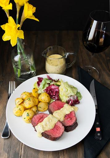 стейк шатобриан с соусом картофелем и салатом