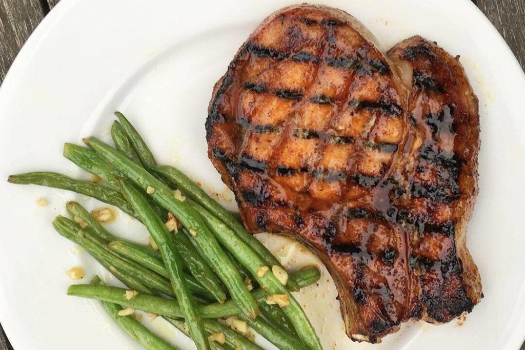 стейк из свинины на гриле со стручковой фасолью
