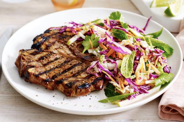 свиной стейк на гриле с овощным салатом