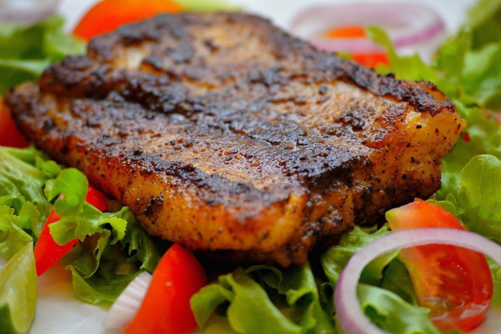 стейк из свинины с овощным салатом