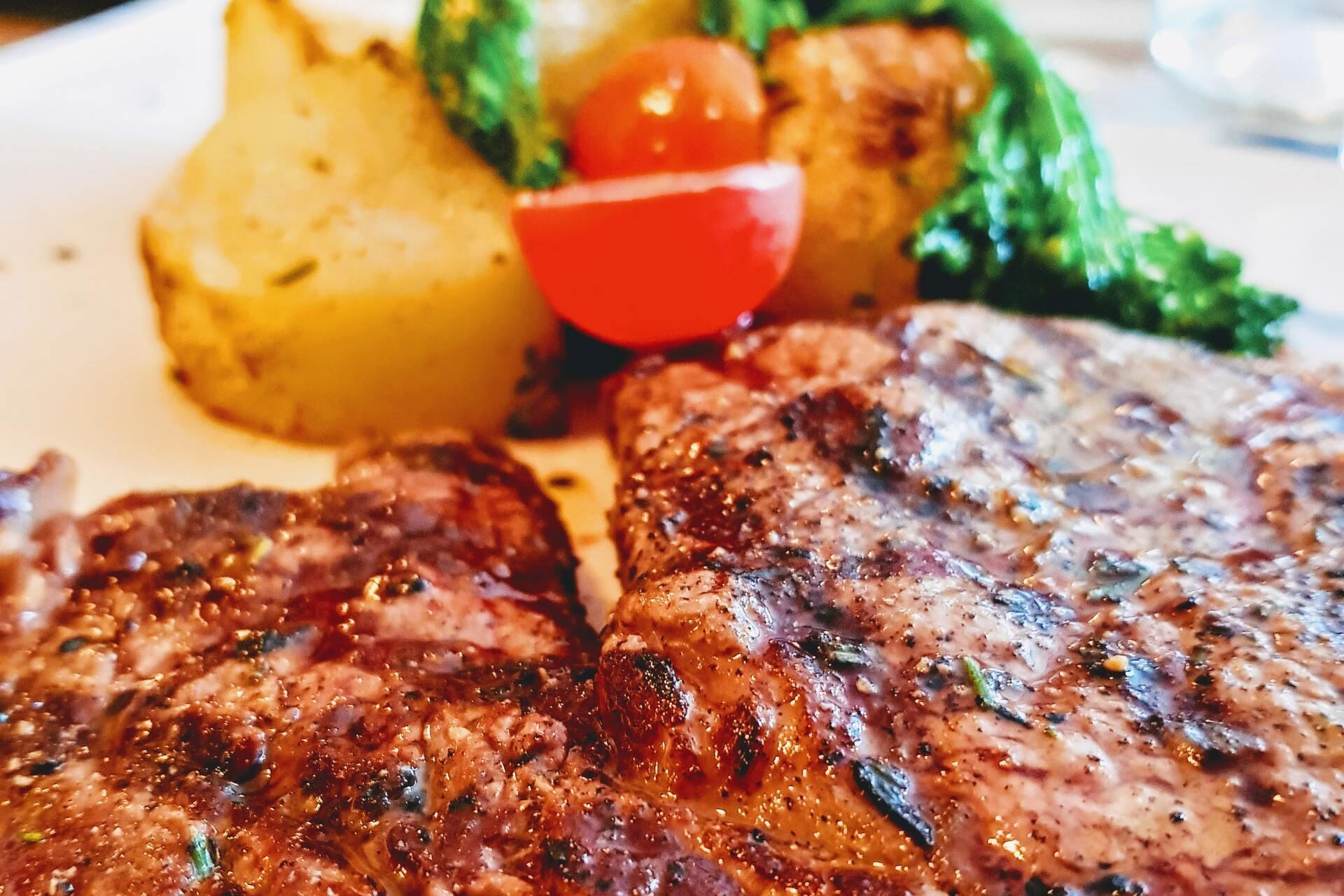 свиной стейк на гриле с овощами