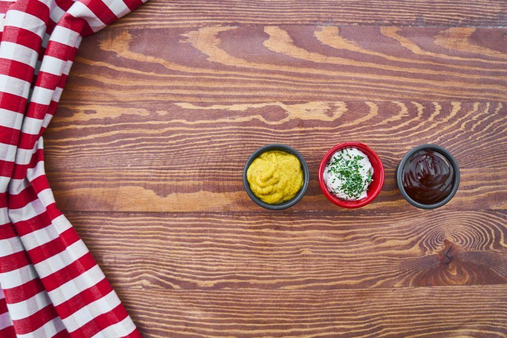 три соуса в пиалках