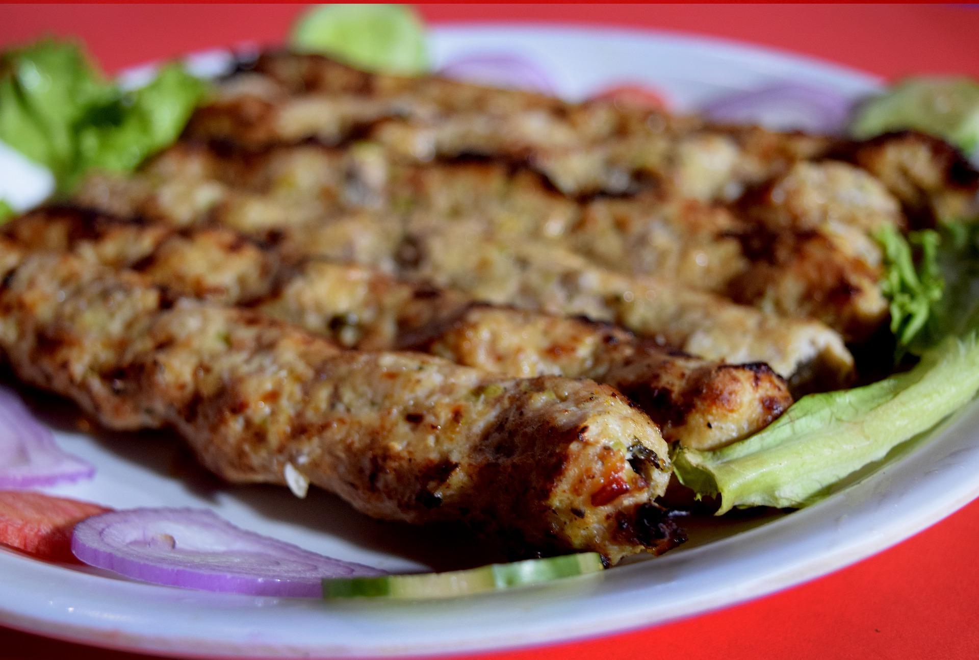 люля-кебаб из свинины на тарелке