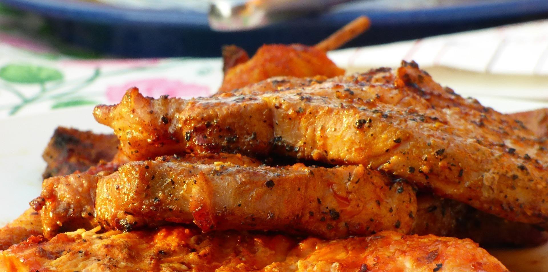 стейки из свинины на гриле на тарелке