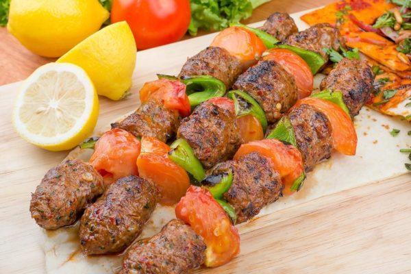 люля-кебаб с овощами на шпажках