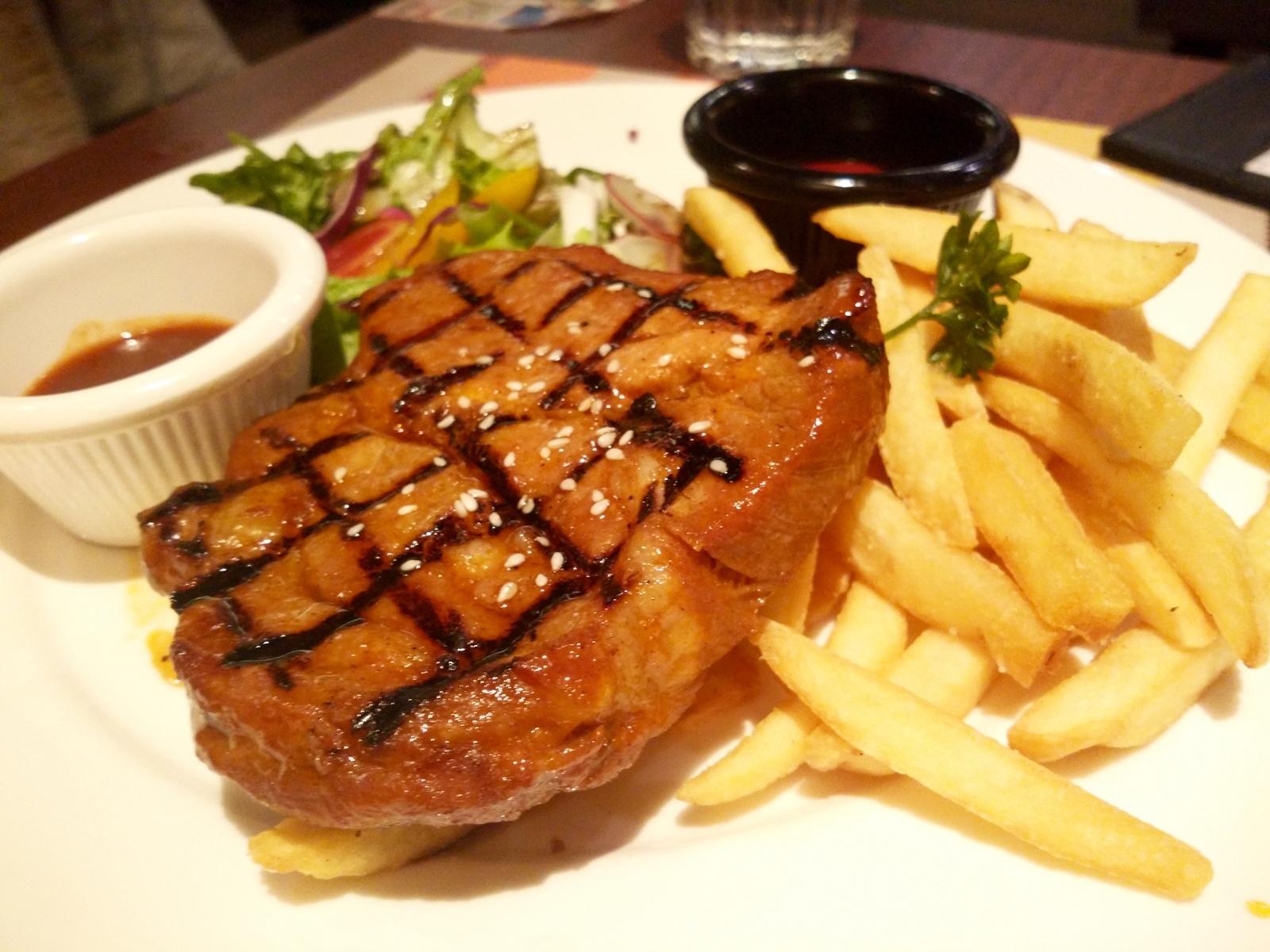 стейк из свинины на гриле с картофелем фри