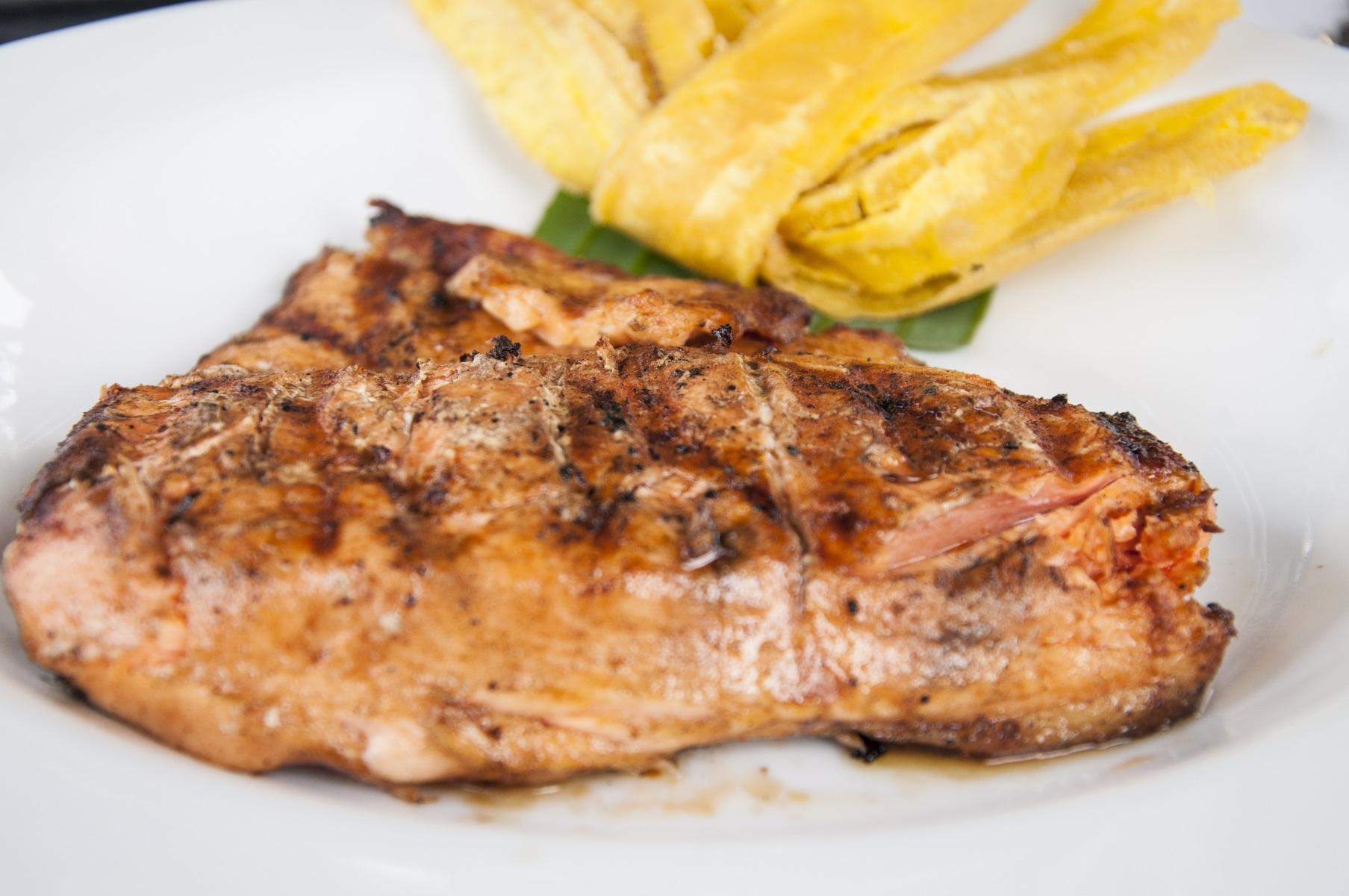стейк из свинины на гриле на тарелке
