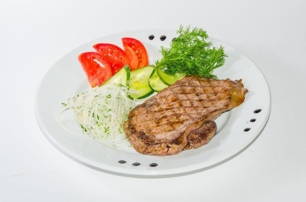 свиной стейк со свежими овощами