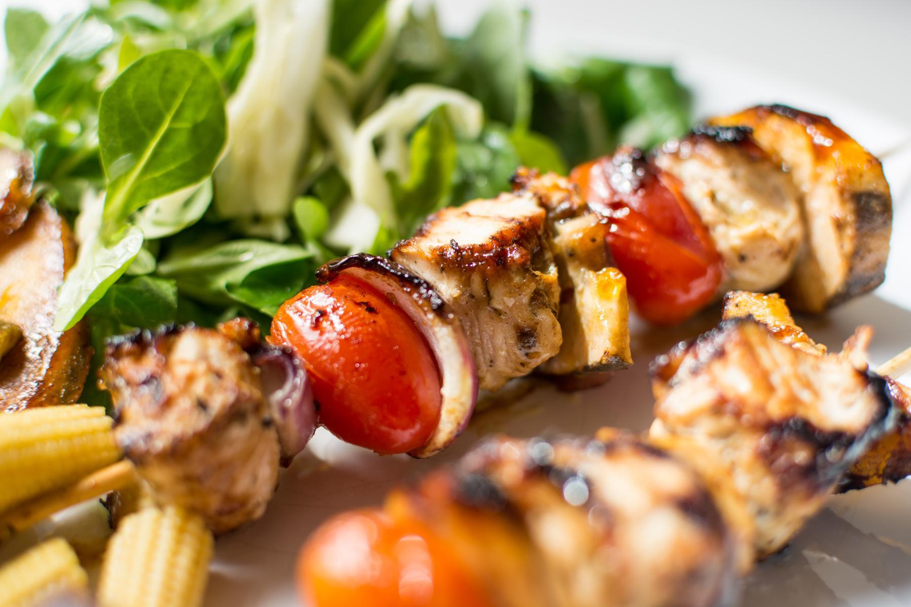 шашлык из свинины на шпажках с овощами