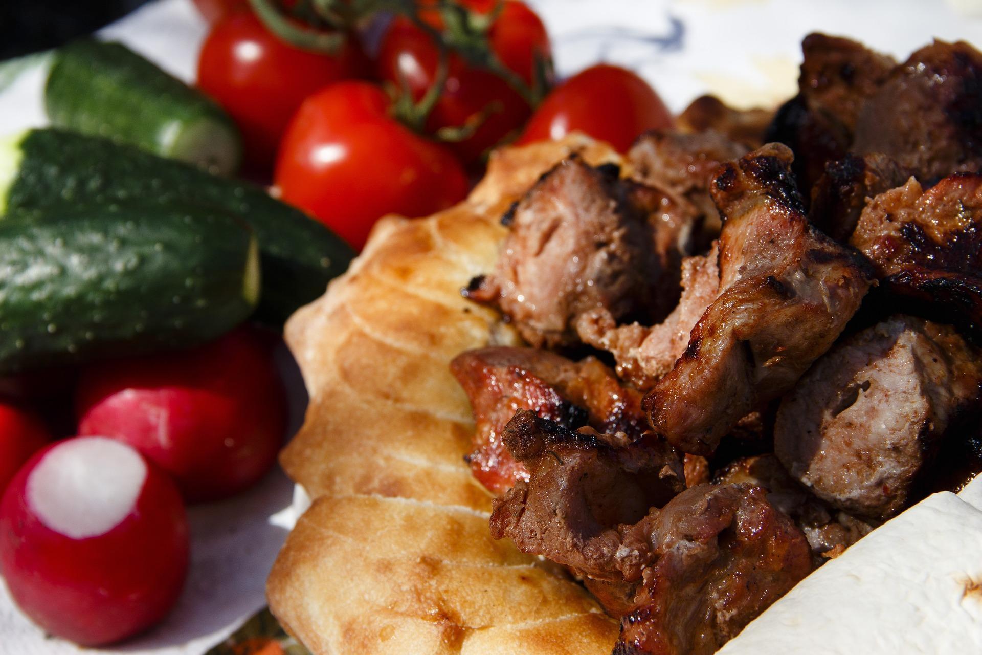 шашлык из говядины с лавашом и овощами