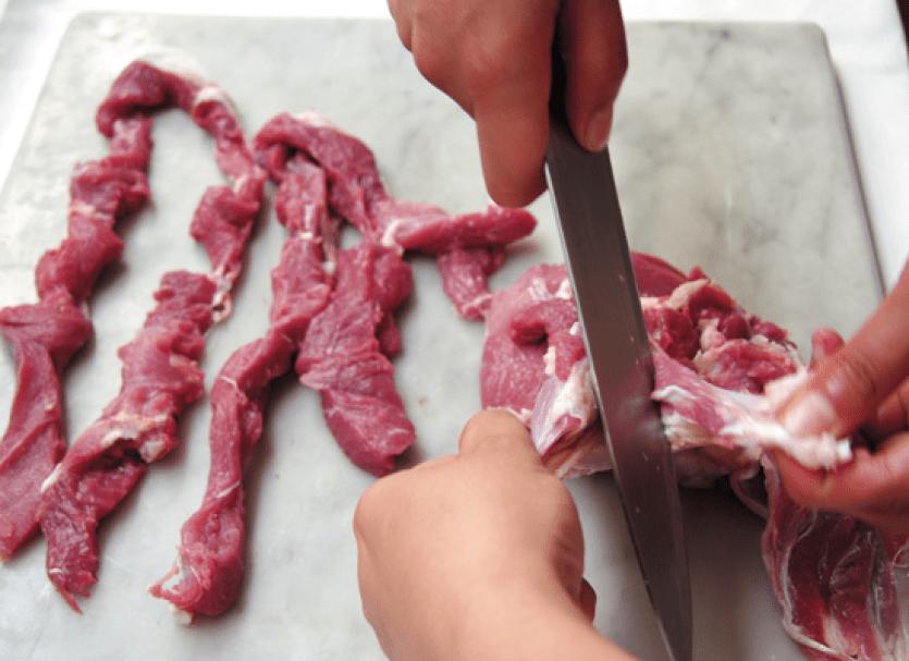 Как резать мясо для бефстроганов